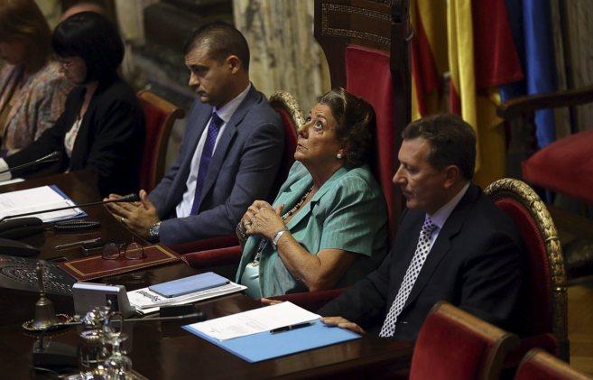 La alcaldesa de Valencia, Rita Barberá, preside el pleno...