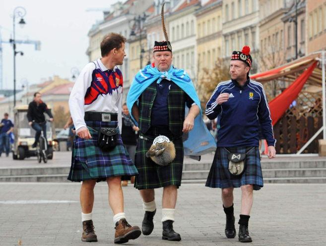 Seguidores de la selección escocesa disfrutan acuden a un partido de...