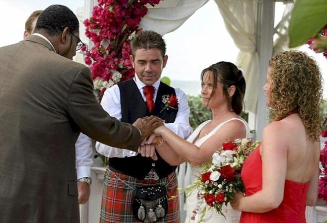 Greenwood, con falda escocesa, en el momento de contraer matrimonio.
