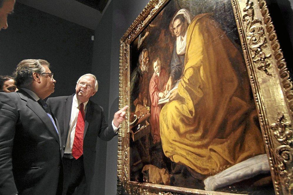 El director de la galería de arte de Yale muestra al alcalde de...