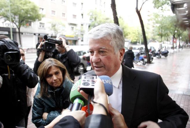 Arturo Fernández atiende a los medios.