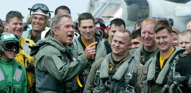 El presidente de EEUU durante la guerra de Irak, George Bush, agradece...