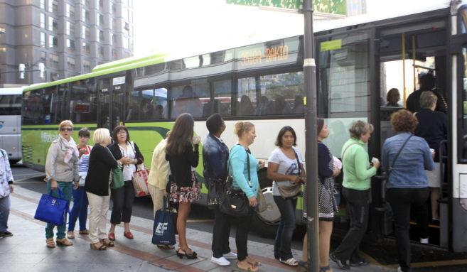 Colas para acceder al autobús en la jornada de paros parciales del...