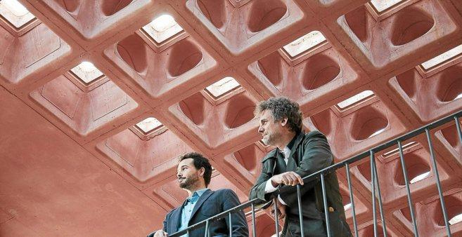 Alberto Alarcón, CEO de Holedeck, en una obra con un techo de su...