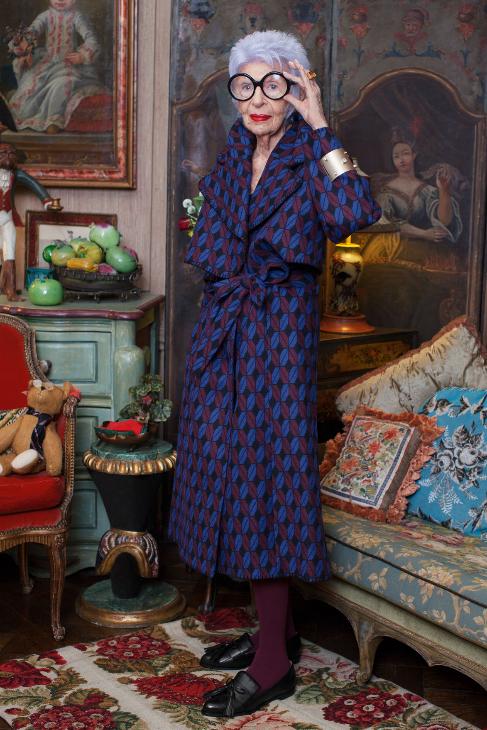 Para las imágenes de la colección Iris posa en su casa de Nueva York...