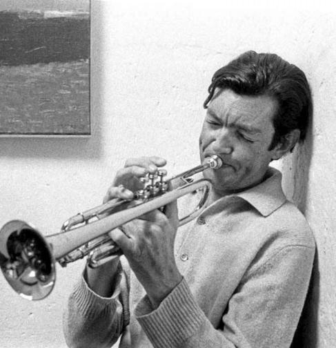 Julio Cortázar tocando la trompeta, uno de sus hobbies.