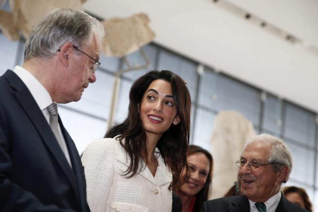 Amal Clooney, con el ministro de Cultura y el presidente del museo de...