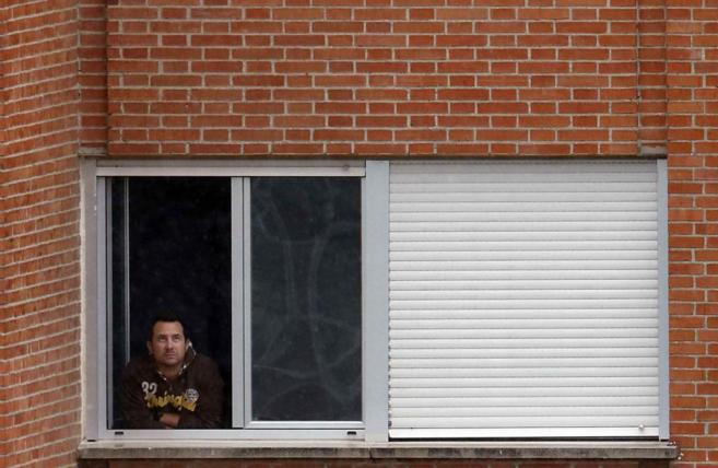 Javier Limón se asoma a la ventana de su habitación en el Hospital...