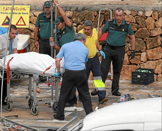 Sanitarios transportan el cuerpo sin vida de uno de los británicos...