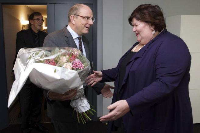 El ministro de Justicia belga Koen Geens ofrece unas flores a Maggie...