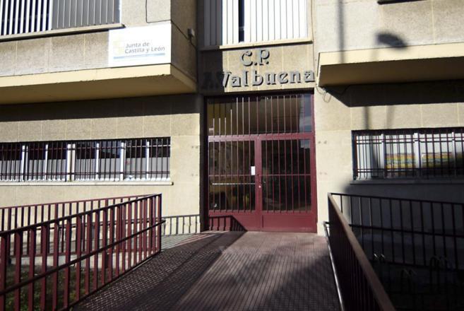Fachada del colegio Antonio Valbuena, en León, uno de los centros...