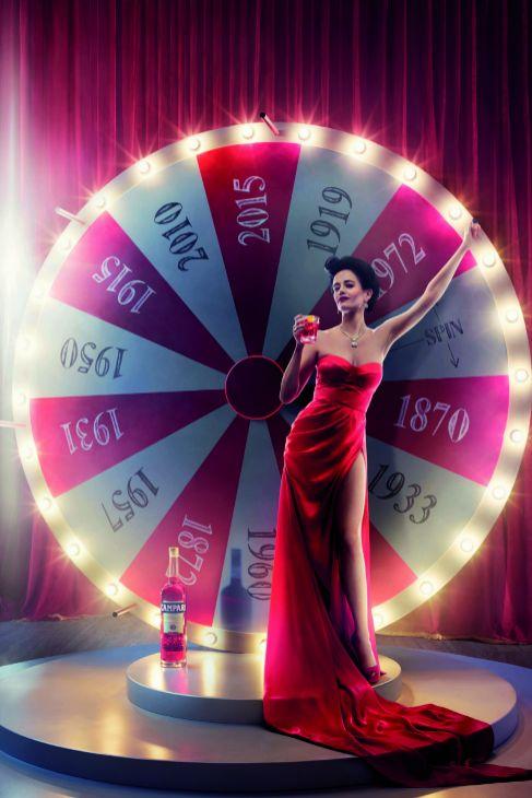 150 años de historia, un color -el rojo- y una protagonista: Eva...