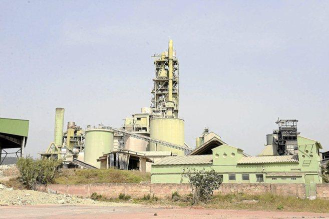Vista general de la fábrica de cemento Cemex, ubicada en el municipio...
