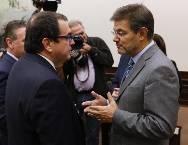 Rafael Catalá (dcha.) conversa con el diputado de CiU Jordi Jané.