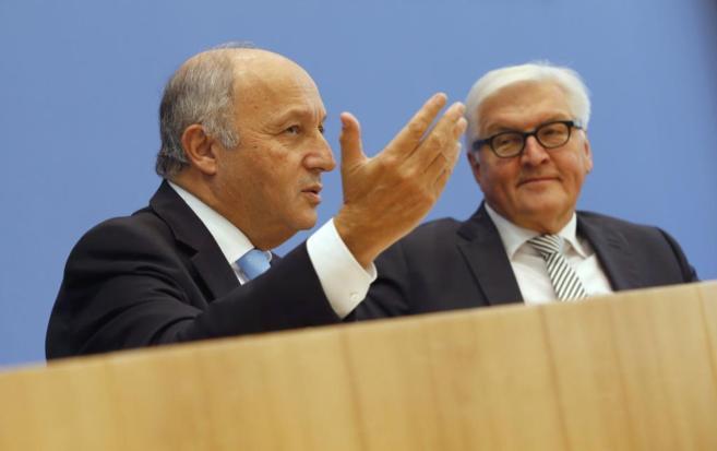 El ministro de Exteriores francés Fabius, junto a su homólogo...