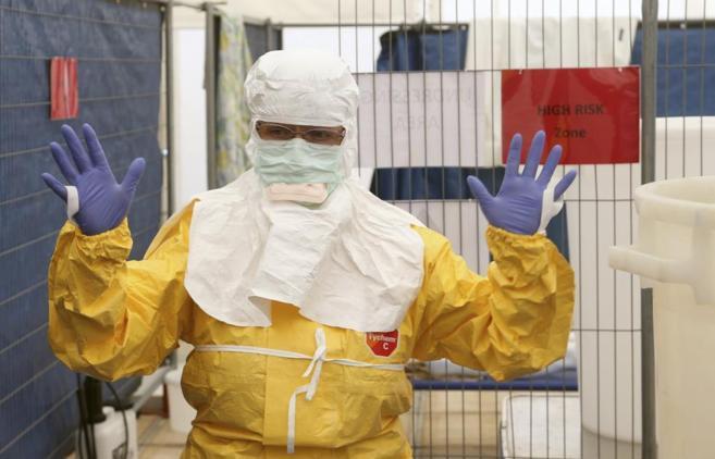 Un voluntario de MSF recibe entrenamiento sobre cómo debe vestirse...