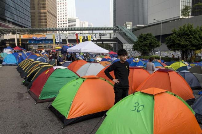 Manifestantes pro democracia acampan en las inmediaciones del distrito...