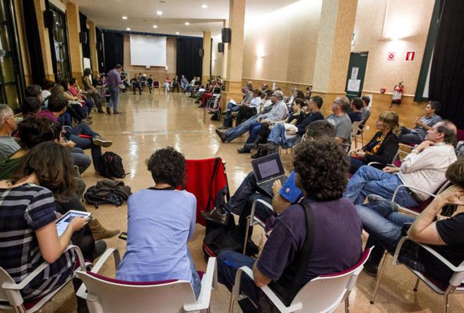 Un grupo de ciudadanos participa en una asamblea sobre un posible...