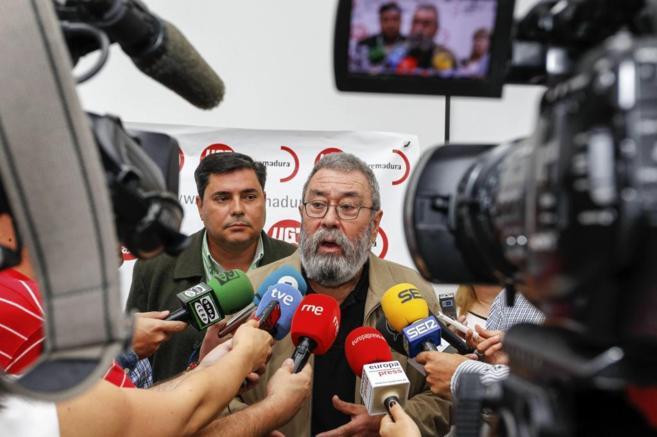 El secretario general de UGT, Cándido Méndez, atiende a la prensa.