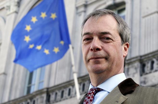 El líder del Ukip, Nigel Farage, ante una bandera comunitaria en...
