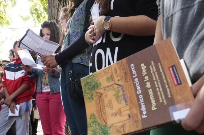 Alumnos de Granada leen versos del libro 'Poemas de la...