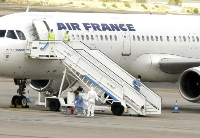 Personal sanitario sigue las indicaciones del protocolo en el avión.