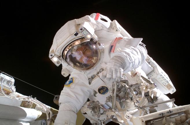 Michael López-Alegría durante un paseo espacial (Extravehicular...