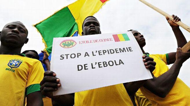 Varios aficionados guineanos se manifiesta en contra del ébola.