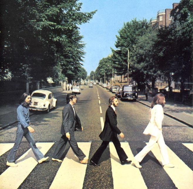 George Harrison, Paul Mc Cartney, Ringo Star y John Lennon, cruzando...