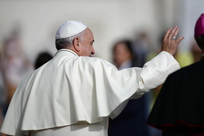 El Papa Francisco saluda a la multitud congregada en la plaza de San...