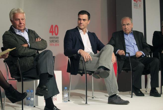 Pedro Sánchez, con el ex presidente del Gobierno Felipe González y...