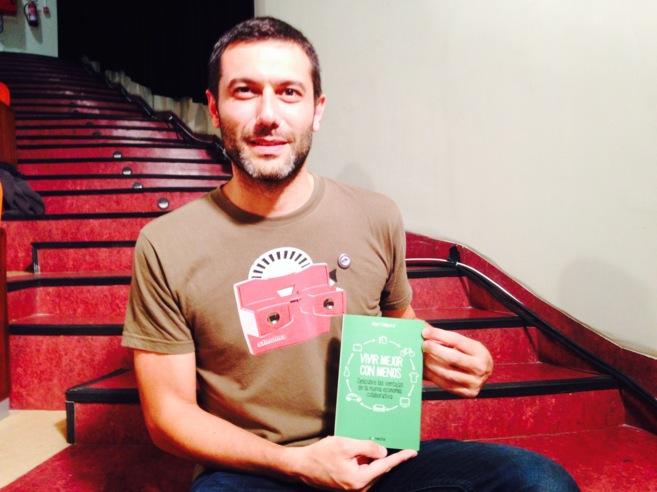 """Albert Cañigueral posa con su libro """"Vivir mejor con menos:..."""