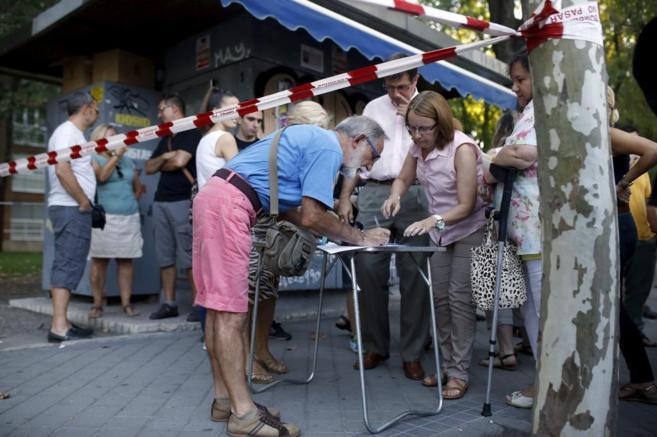 Foto: Vecinos de Santa Eugenia firmando para apoyar la revisión de...