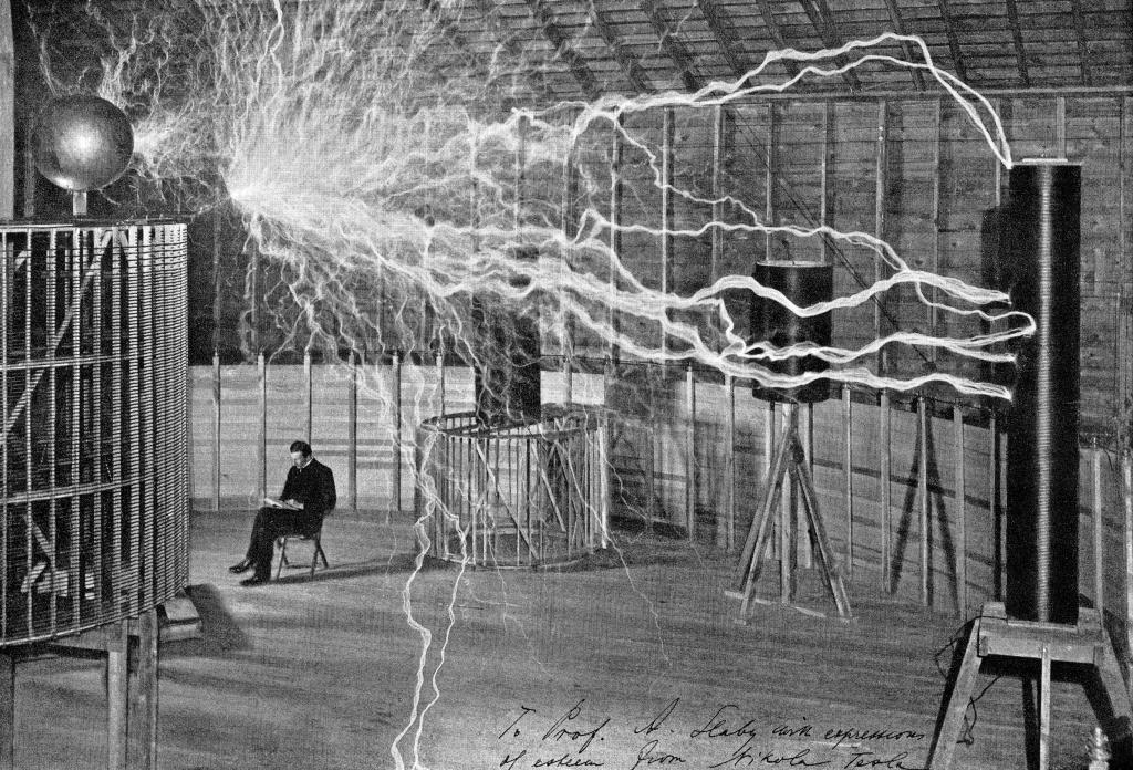 Una descarga cruza desde una bobina central a otra del laboratorio de...