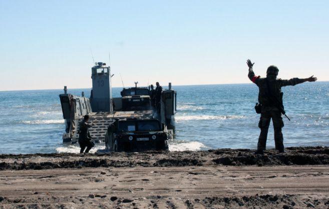 Imágenes de uno de los desembarcos y del despliegue militar, esta...