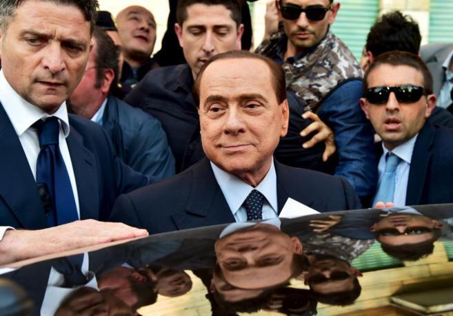 Silvio Berlusconi abandona el edificio del Poder Judicial de Milán...
