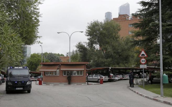 Entrada del hospital Carlos III con vigilancia policial.