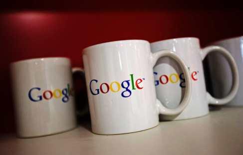 Tazas con el logotipo de Google en la sede de la compañía en...