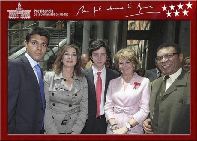 Francisco Nicolás Gómez Iglesias, escoltado por Esperanza Aguirre y...
