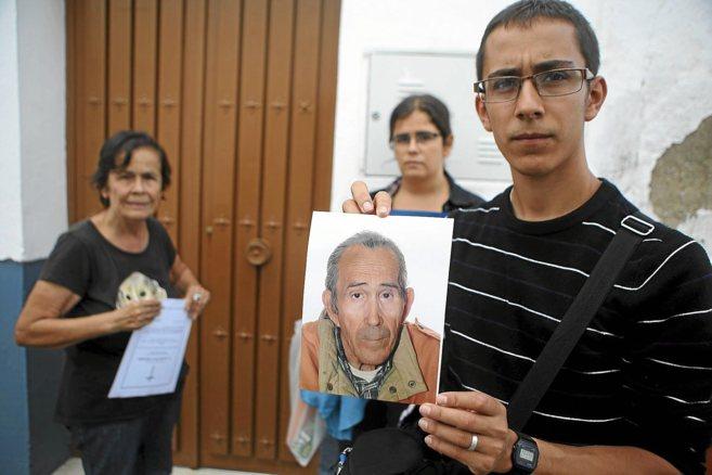 El sobrino de Antonio Pérez Bermudo enseña su foto junto a su madre...