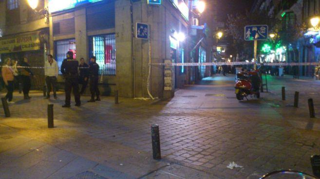 La plaza de Jacinto Benavente acordonada por la presencia de una...