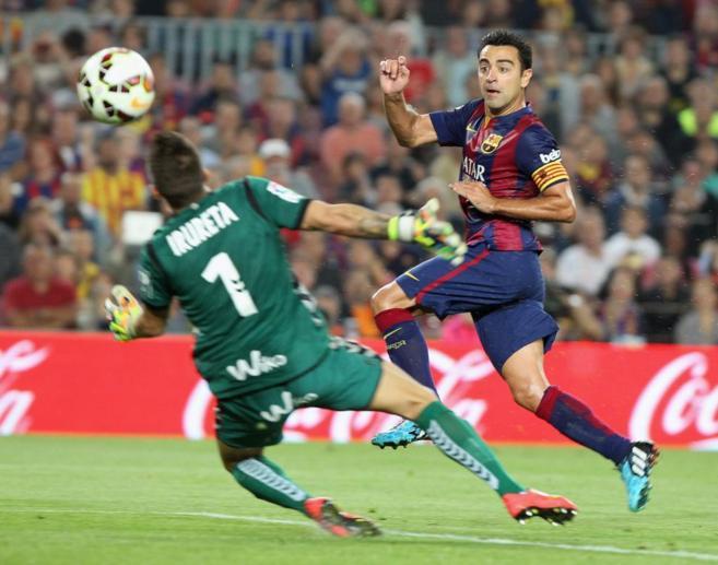 Xavi supera a Irureta en el primer gol del Barcelona.