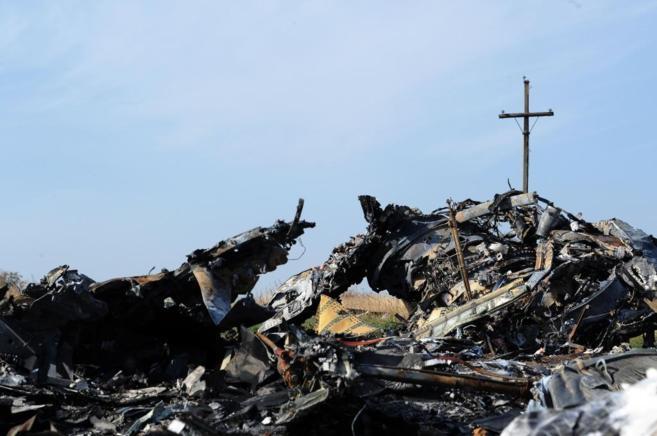 Una cruz sobre los restos del avión derribado.