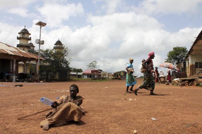 Un grupo de mujeres camina en la aldea de Koindu, en Sierra Leona, muy...