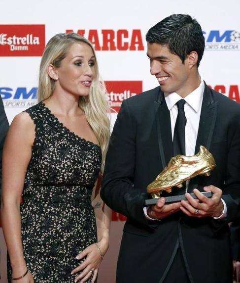 Luis Suárez, junto a su esposa, con la Bota de Oro.