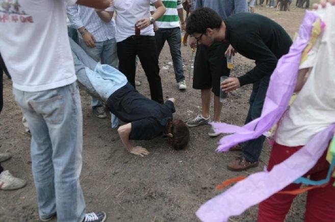 Novatadas a la salida de un colegio mayor de Madrid.