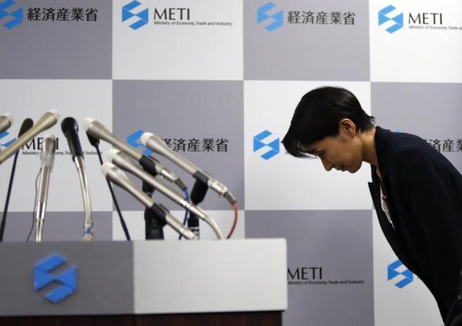 Yuko Obuchi saluda a su llegada a la rueda de prensa donde ha anuciado...