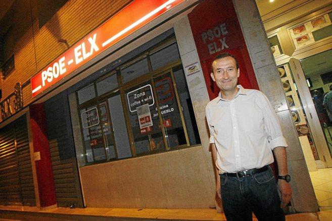 El ex diputado Carlos González, ayer, tras ser elegido, en la sede...