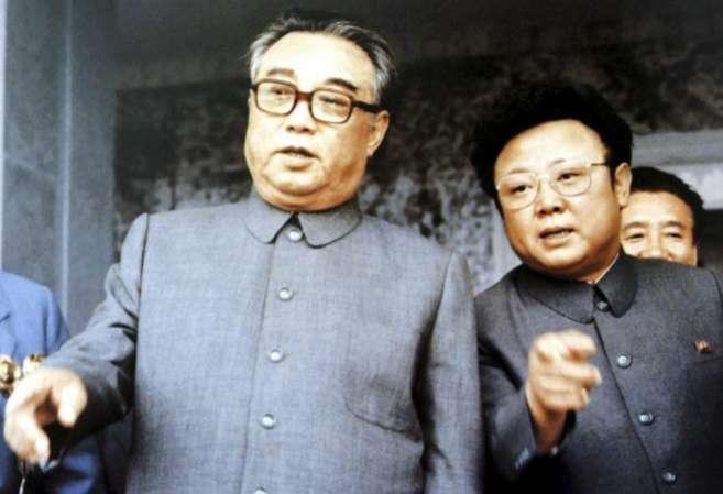 El fundador de Corea del Norte, Kim Il-sung, junto a su hijo Kim...