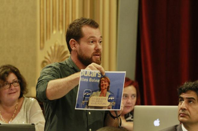 David Abril durante una intervención en el pleno del Parlament.